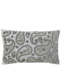 längliche, silberne Kissenhülle bestickt mit silber glänzenden Perlen in orientalischem Stil