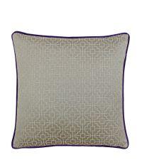 taupefarbene Kissenhülle mit geometrischem Muster und Samt-Keder in violett
