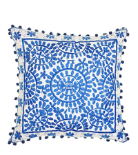 liebevoll besticktes Dekokissen mit Blumenmuster in frischem Hellblau