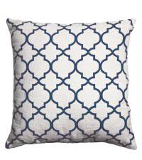 weißes Kissen mit geometrischem Muster, blau