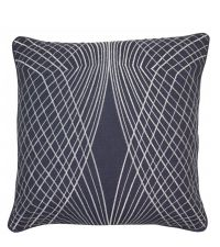 dunkelblaue Kissenhülle aus Baumwolle mit silber besticktem, symmetrischem Muster und Keder