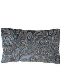 längliche, blaue Kissenhülle bestickt mit glänzenden Perlen in orientalischem Stil