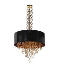 Pendelleuchte mit rundem, schwarzem Lampenschirm verziert mit freischwingenden Metallketten aus kleinen, goldenen Ringen
