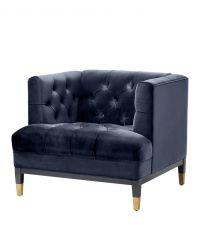 eckiger Armlehnsessel aus Samt in Mitternachtsblau mit Knopfheftung und schwarzen Holzfüßen mit goldenem Messing-Detail von Eichholtz