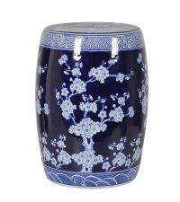 blauer Keramikhocker mit zarter Blumenmusterung