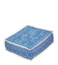 stylischer rechteckiger Pouf mit blauem Blumenmuster