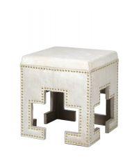 Hocker im orientalischen Stil mit weißem Fellbezug & goldenen Nieten