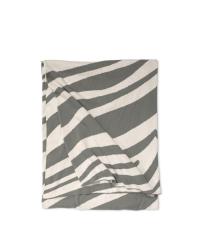 grau-weiße Babydecke aus Baumwolle mit Zebra-Muster