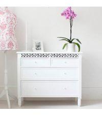 weiße Kommode im Landhausstil mit vier Schubladen & Verzierung