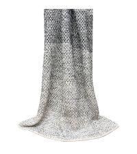 grob gewebte Decke mit breiten Streifen von hellgrau bis dunkelgrau