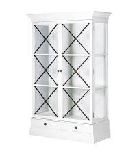 weißer Schrank im Landhausstil mit Glas-Elementen und schwarzen Details