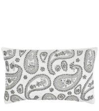 längliche, weiße Kissenhülle aus Samt bestickt mit silber glänzenden Perlen im Paisley-Muster