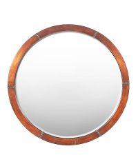 runder Wandspiegel mit kupferfarbenem Holzrahmen
