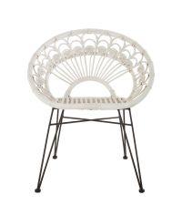 weißer Rattanstuhl im trendigen Boho-Style mit verzierter Rückenlehne und schwarzen Metallbeinen