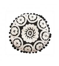 Dekokissen im Ethno-Stil schwarz-weiß mit Bommeln verziert