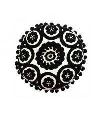 rundes Dekokissen mit geschwungenem Muster in schwarz-weiß, mit Bommeln verziert