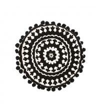 rundes schwarz-weißes Dekokissen mit auffälligem, geometrischen Muster und süßen Bommeln