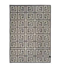 grauer Wollteppich mit geometrischem Labyrinth-Muster