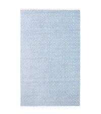 großer Webteppich in zartem Hellblau mit welligem Zickzack-Muster