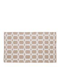 zart beiger Webteppich mit geometrischem Muster
