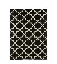 schwarzer Teppich mit geometrischem Muster