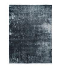 weicher Teppich mit dunkel-glänzender Oberfläche