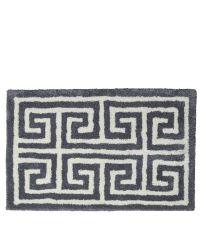 dunkelgraue Fußmatte mit geometrischem, weißen Mäander Muster aus PET-Garn