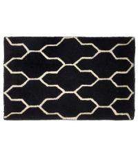 schwarze Fußmatte mit geometrischem geschwungenem Muster aus PET-Garn