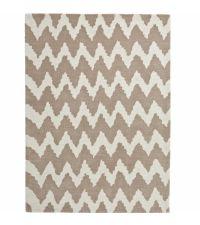 länglicher Teppich aus handgetuftetem Acrylstoff mit Zickzack Muster in weiß und beige