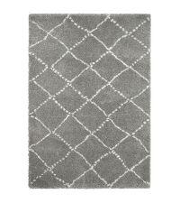 kuscheliger, grauer Teppich aus feinem Garn mit cremefarbenen Linien
