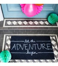 Fußmatte mit hellem Schriftzug 'let the adventure begin'