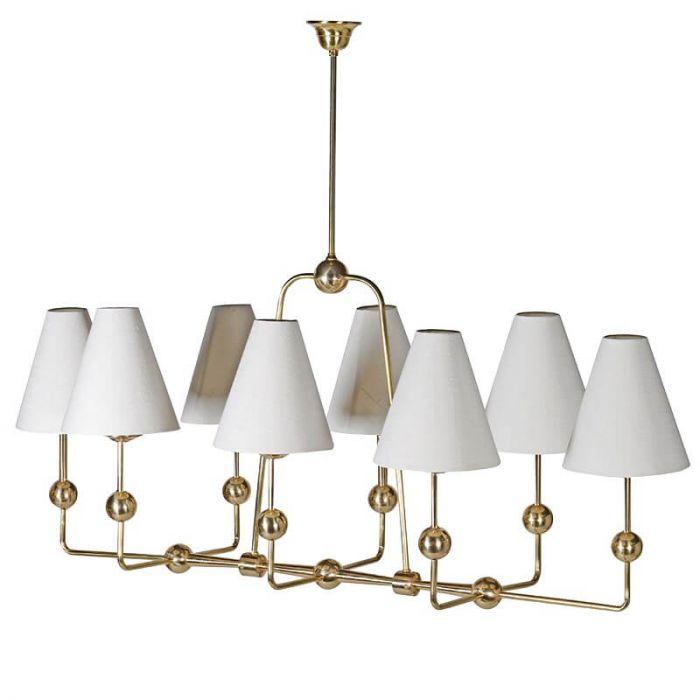 symmetrisch angeordneter, goldener Messing-Kronleuchter mit  Kugel-Verzierungen und weißen Leinen-Lampenschirmen, 8-armig