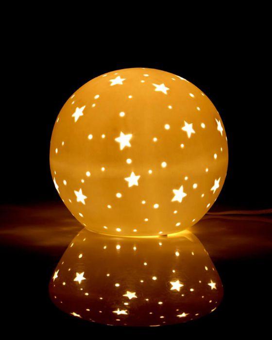 Kinderleuchte Nachtlicht für Kinder, runde Tischleuchte in Kugelform mit  Lochmuster aus Sternen, weiß